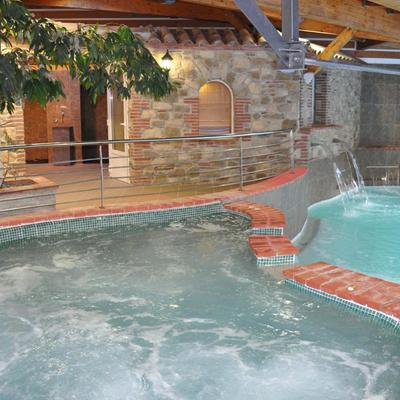 A l'intérieur, vous accèderez aux bains couverts, sauna, hammam, jaccuzzi ...