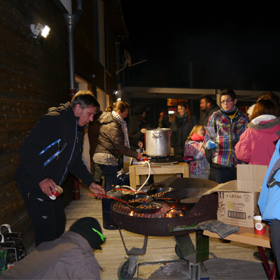 Distribution de vin chaud, chocolat et marrons grillés!