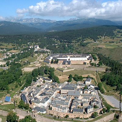 Vue aérienne de la cité et du plateau de Cerdagne