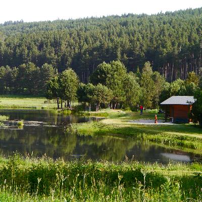 Sur la route de la station, à 1 km du village, le lac de l'Olive vous accueille tous les jours