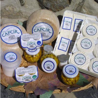 La ferme le calmadou vous accueille tous les soirs pour la traite des brebis et vous fera découvrir ses spécialités fromagères